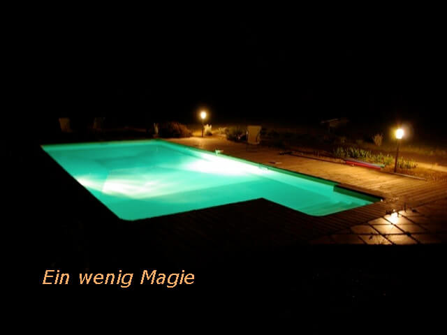 Ein Pool in der Nacht in Lot-et-Garonne